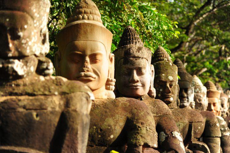 Kæmper foran hovedporten til Angkor Wat