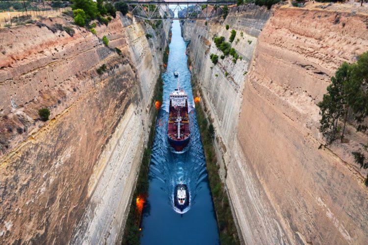 Et fragtskib bliver trukket igennem Korinthkanalen